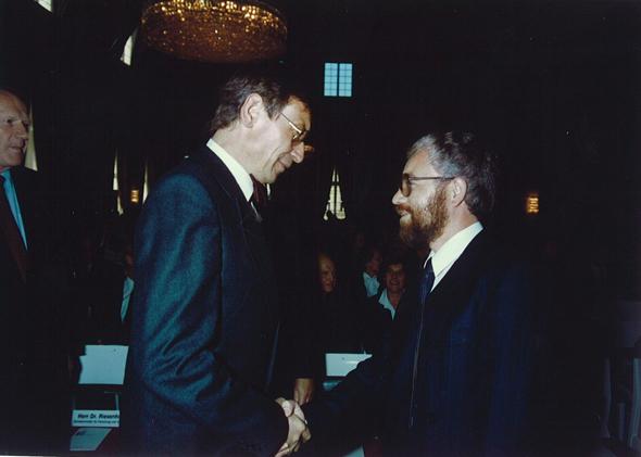 1984_09 Riesenhuber gratuliert Mue-Boe SEL-Forschungspreis